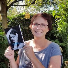 Esther van der Ham met eerste roman.jpg
