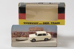 Trabant_model_met_stuk_van_de_Muur.jpg